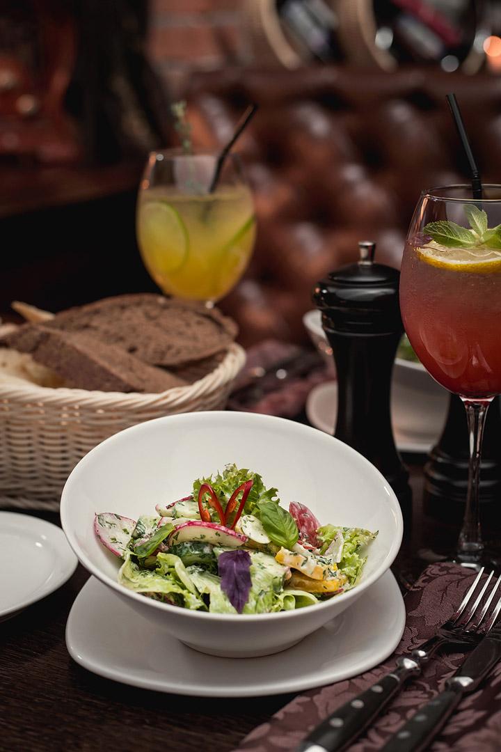 Овощной салат с соусом цацики