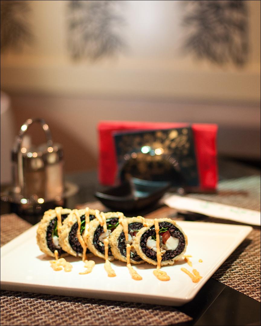 Горячий ролл Темпура Black с тигровыми креветками, копченым угрем, Моцареллой, томатами, салатом Романо и спайси соусом