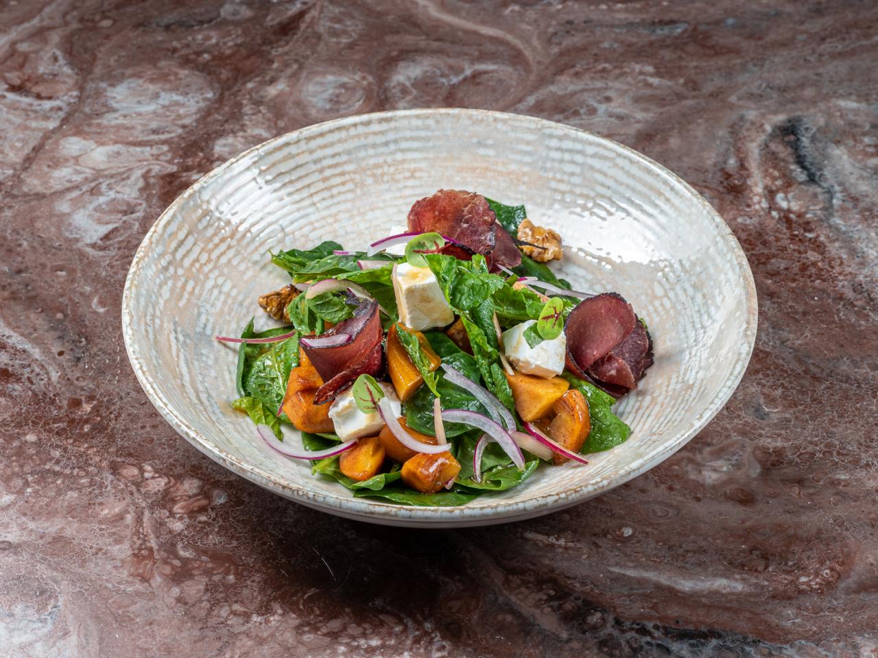 Салат с хурмой, брезаолой и фетой
