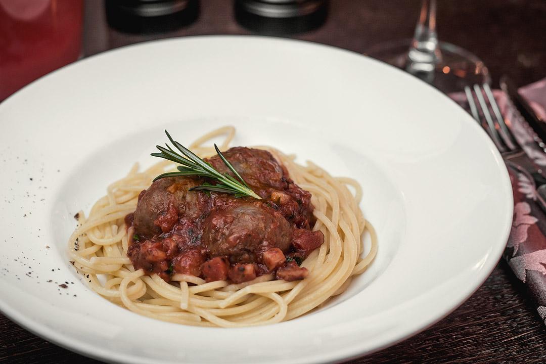 Митбол в томатном соусе со спагетти