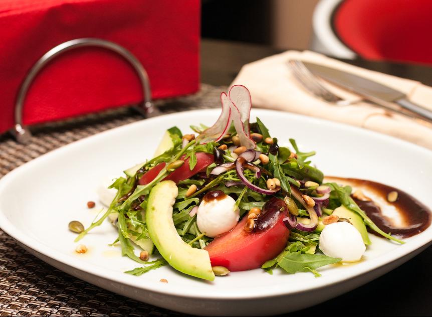 Легкий овощной салат с рукколой, моцареллой и медово-бальзамическим крем-соусом